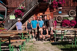 Gruppenfoto vor der Anlaufalm