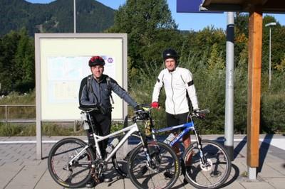 Am Bahnhof in Lenggries. Links Mario, rechts Robert.