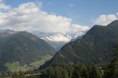 Blick von Nösslach auf den gerade überwundenen Gebirgszug
